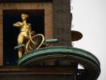 Прогноз погоды от золотой девушки на велосипеде