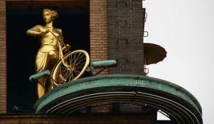 Золотая девушка на велосипеде